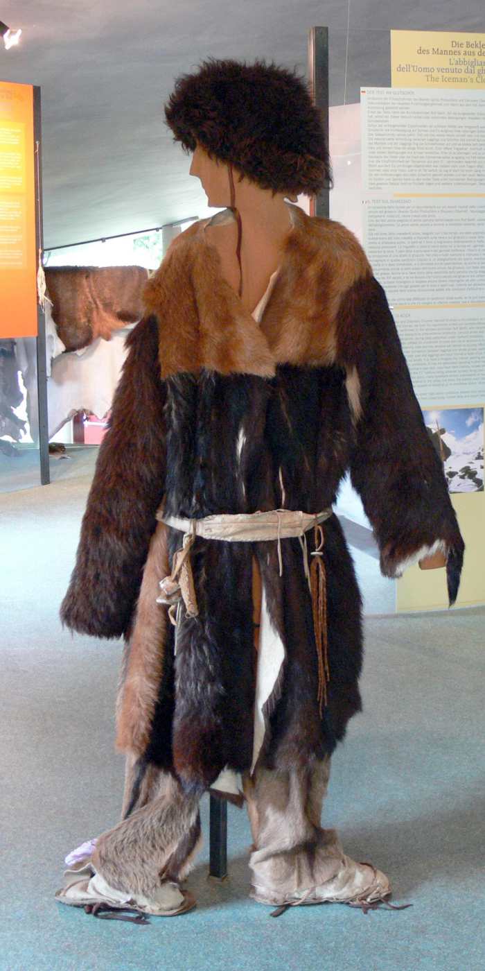 Rekonstrukce oblečení a bot, které měl Ötzi na sobě v době smrti. Na svou dobu se jednalo o velmi propracovaný oděv kvalitně chránící před horským mrazem.