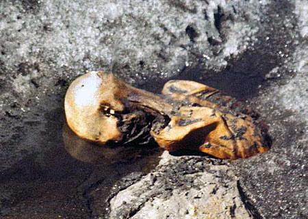 Na dvojici horolezců čekalo před 26 lety nemilé překvapení. V ledu nalezli zamrzlou mrtvolu. Ukázalo se, že jde o jedno z nějstarších dochovaných těl vůbec.