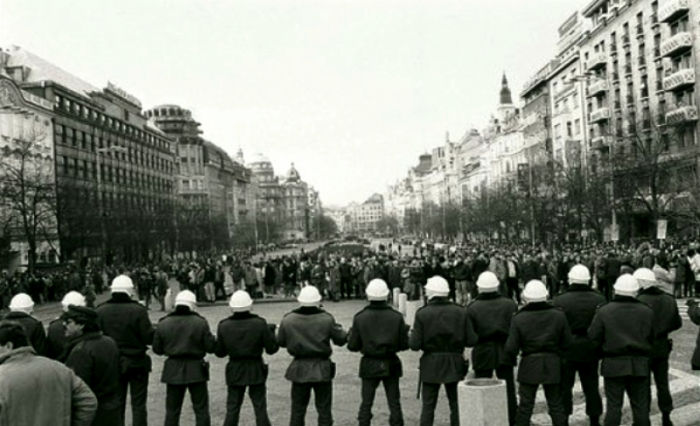 Během Palachova týdne na začátku roku 1989 se protestující poprvé postavili policii. O 10 měsíců později během Sametové revoluce docílili svržení komunismu.