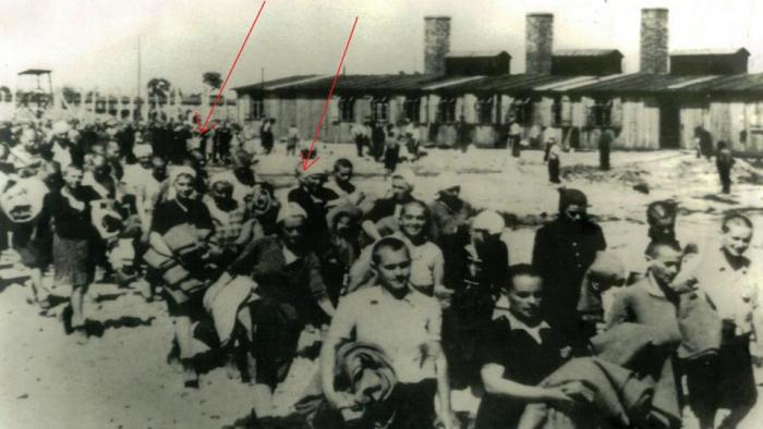 Na 9. březen připadne připomínka vyvraždění Terezínského rodinného tábora v Osvětimi. Šipkou jsou zvýrazněni na fotografii 2 z celkem 1167 vězňů, kteří měli to štěstí a přežili. Zbylých 16350 zemřelo v plynových komorách.