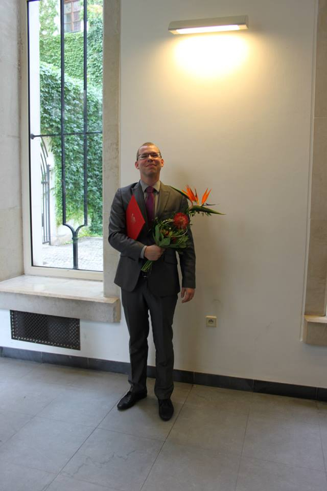 Touto fotkou Kocourek dokazuje, že má červený diplom z Právnické fakulty Univerzity Karlovy. Ze školy byl ale ve skutečnosti vyhozen a diplomy jako na fotce Univerzita Karlova vůbec nevydává.