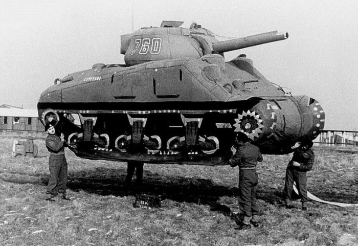 Němci do poslední chvíle věřili, že spojenci chystají invazi do Calais. Spojenci si vypomohli k vybudování iluze i tím, že se poblíž Doveru začaly shromažďovat gumové tanky a letadla.