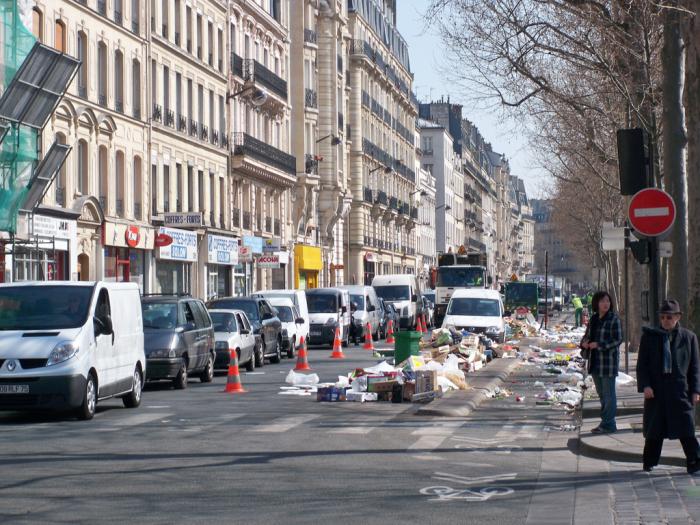 I v Paříži se dobře paří. Člověk jako by se vznášel ve voňavé dezinfekci.