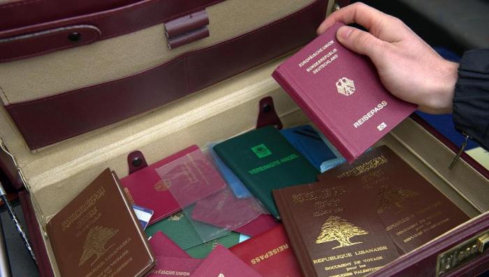Tento kufr se 147 padělanými pasy zabavili celníci pašerákům na letišti v Istanbulu