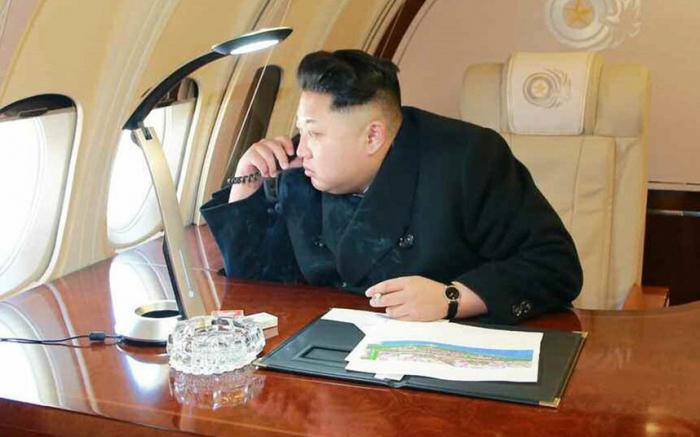 O číslo delší předvolba připomíná oficiální, státem schválený rok narození Kimova diktátorského dědy