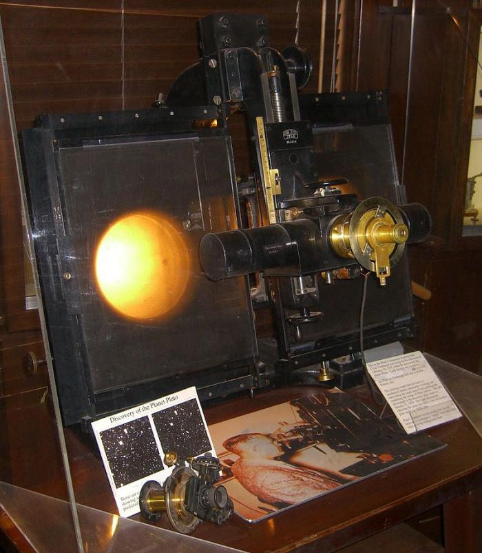 Takzvaný blink komparátor, tedy srovnávač pozice světelných bodů na hvězdné obloze, pomocí kterého bylo Pluto v roce 1930 objeveno.
