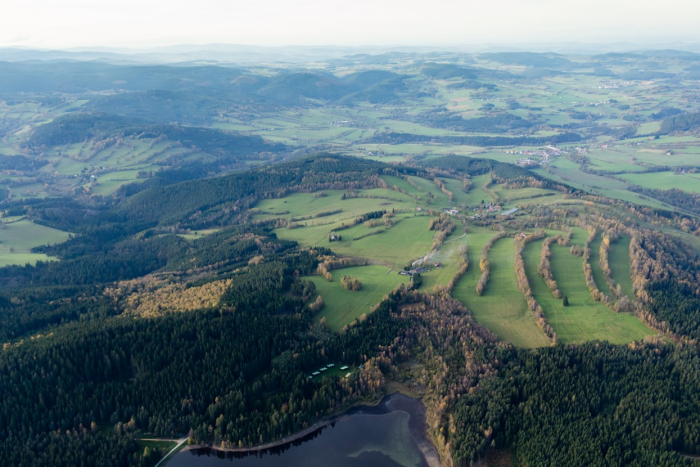 Hlásná Lhota uprostřed, dole je hladina Křištanovického rybníka.