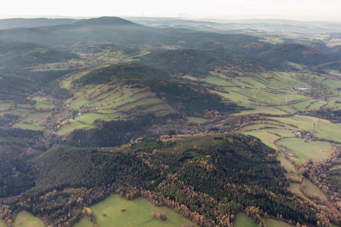 Předhůří Šumavy, země ozdobená větrolamy, chloumky a alejemi. Znáte v Česku něco půvabnějšího?