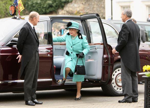 Po sedmdesátiletém manželství už své ženě královně princ Philip dveře od auta nedrží.