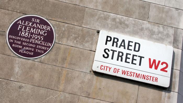 Ať to bylo nakonec jakkoli – co je psáno, to je dáno: Sir Alexander Fleming (1881-1955) objevil PENICILÍN v místnosti ve druhém patře nad touto plaketou.
