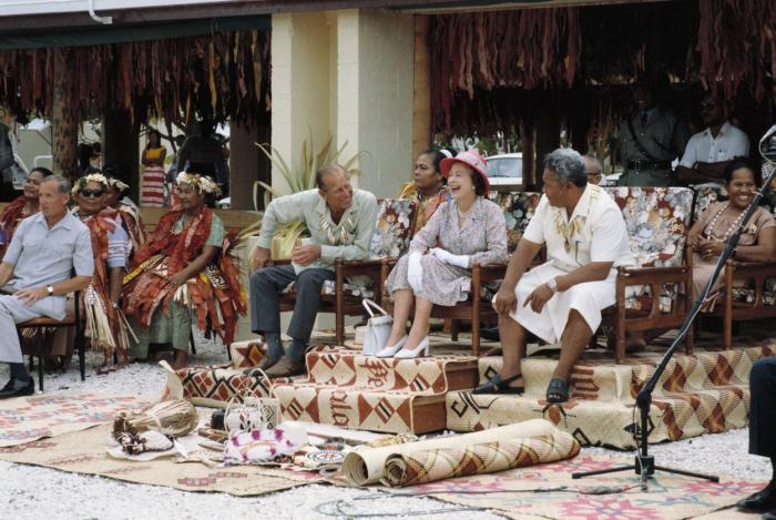 Na začátku 80. let při oficiální návštěvě na Nauru, kteýžto ostrůvek v Mikronésii je součástí britského Commonwealthu.