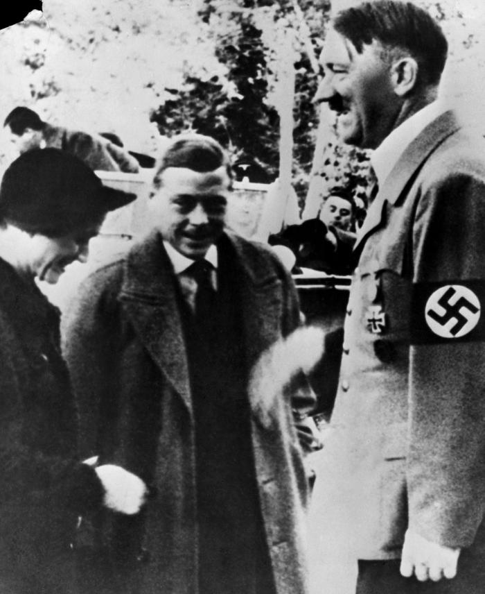 Zleva: Wallis Simpson(ová) alias vévodkyně z Windsoru, ex-král Eduard VIII. alias vévoda z Windsoru a Adolf Hitler alias Vůdce