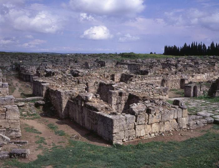 Zbytky starověkého města Ugarit na syrském nalezišti v roce 2009. Těžko říct jak vypadá v současných dobách, když byla spousta starověkých památek na území Sýrie zdevastována válkou.