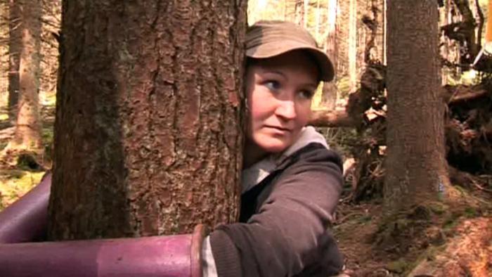 """Na Šumavě se ke stromům poutali desítky """"užitečných idiotů"""". O ekologii nevěděli nic."""