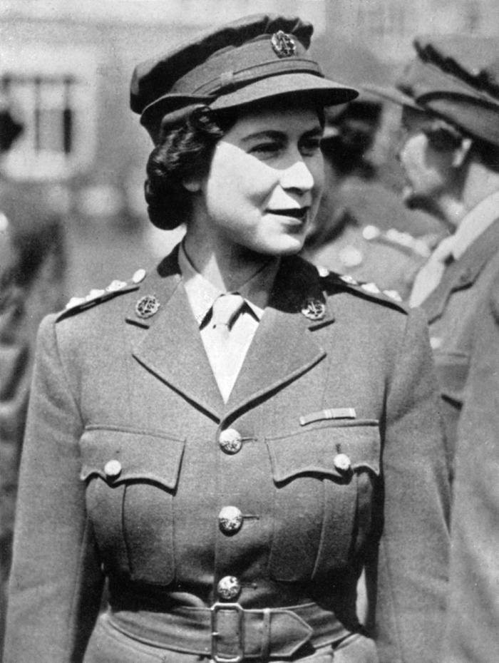 Alžběta II. ke konci války v uniformě ženských sborů Britské armády.