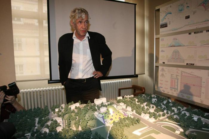 Architekt Jan Kaplický u modelu své chobotničí knihovny. Jejího postavení se již nedožil.