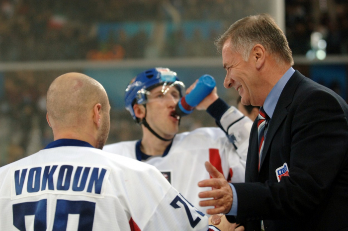 Takhle si Kulhánka pamatují hokejoví fanoušci. Jako předsedu hokejového svazu a zároveň jednoho z členů Českého olympijského výboru.
