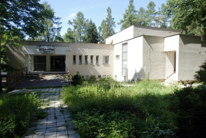 Bývalý hotel Interpatria v Jevanech, kde pobývala Putinova manželka a dcery. Dnes je místo opuštěné a chátrá.