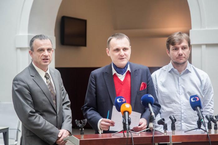 Někdejší hvězdy Věcí veřejných. Chaloupka skončil před soudem kvůli rasismu, Vít Bárta kvůli uplácení a Michal Babák skončil po hospodské rvačce bez zubů.
