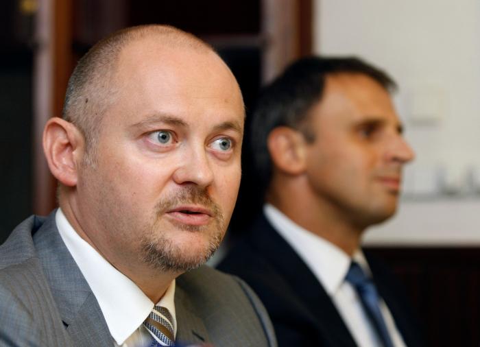 Jak Zimola, tak Michal Hašek jsou oba oblíbenci Miloše Zemana. Haškovi zlomily vaz krajské volby, Zimolovi aféra s chatou na Lipně.