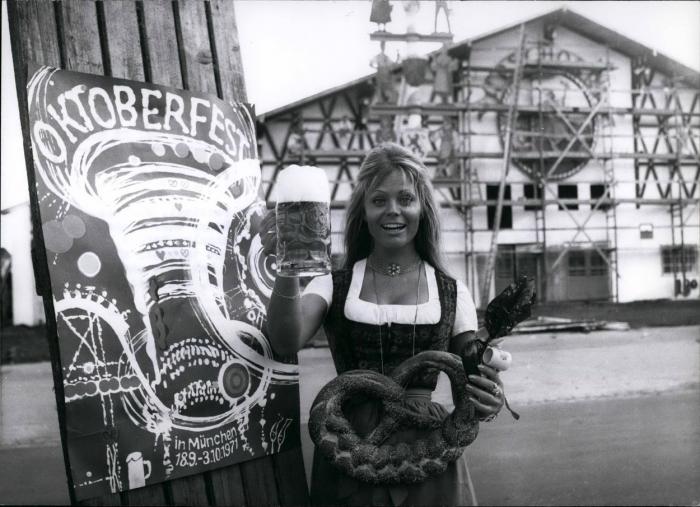 Oktoberfest přitahuje celebrity (německá herečka Christiane Rücker v roce 1971)