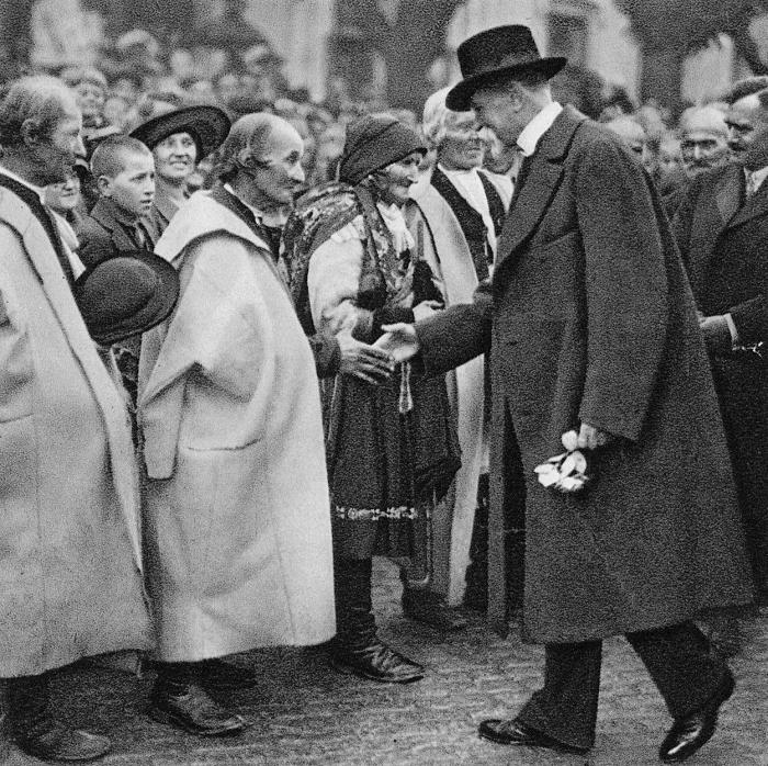 Prezident Masaryk se zdraví se svými spolužáky v Hodoníně, rok 1924.