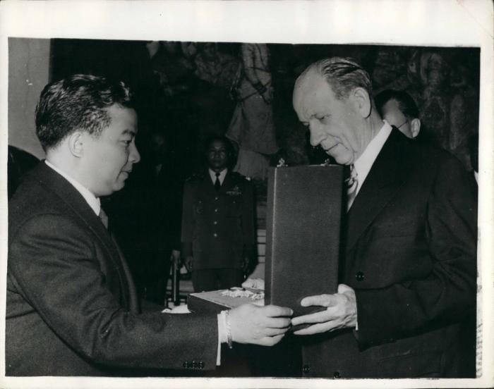 Zápotocký ještě jako ministerský předseda přebírá vyznamenání od kambodžského prince.