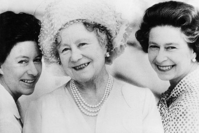 Zde jsou pohromadě všechny ženské aktérky onoho snímku po bezmála padesáti letech - princezna Margaret, Alžběta královna matka a její dcera Alžběta II.