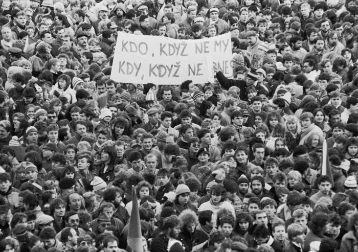 Tohle není první vlaštovka polistopadové gay pride, nýbrž dav srocený v Plzni při generální stávce deset dní po osudově a ostudně zmasakrovaném průvodu, 27. listopadu 1989. Koukejte pozorně, starší Plzeňácí, třeba tam někoho nebo i sami sebe poznáte.