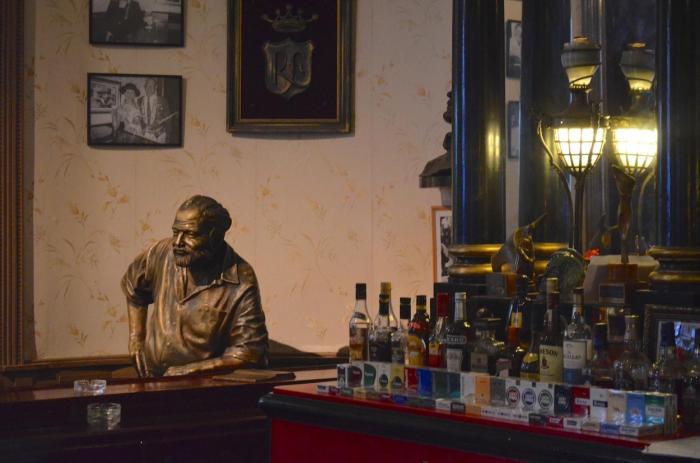 """Bronzová busta Ernsta Hemingwaye v jeho oblíbeném havanském baru El Floridita – říká se, že """"jednou vešel a už nikdy neodešel""""."""