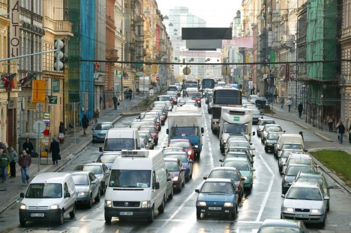Dopravní zácpa jako každodenní realita provozu na magistrále. Necháme to celé křižovat tramvaj, co by se vlastně mohlo pokazit?