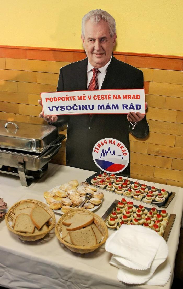 Obyvatelé Nového Veselí pomohli Miloši Zemanovi na Hrad. On nyní pomůže jejich potomkům pochopit, jaký vlastně byl.