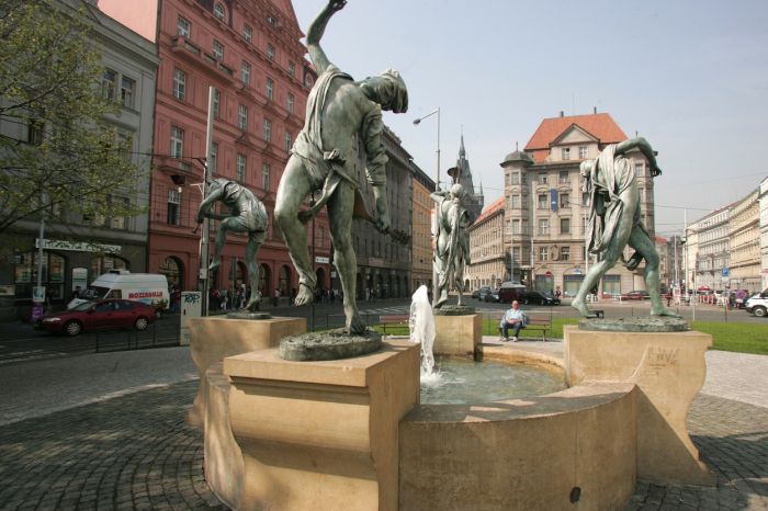 Pražské Senovážné náměstí. Skokem z okna jednoho z domů na levé straně ukončil svůj život advokát Jiří Herczeg.