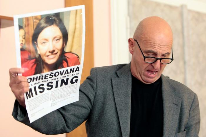 Otec Novákovy oběti Ondřej Neff ukazuje plakáty, kterými si vrah snažil opatřit alibi