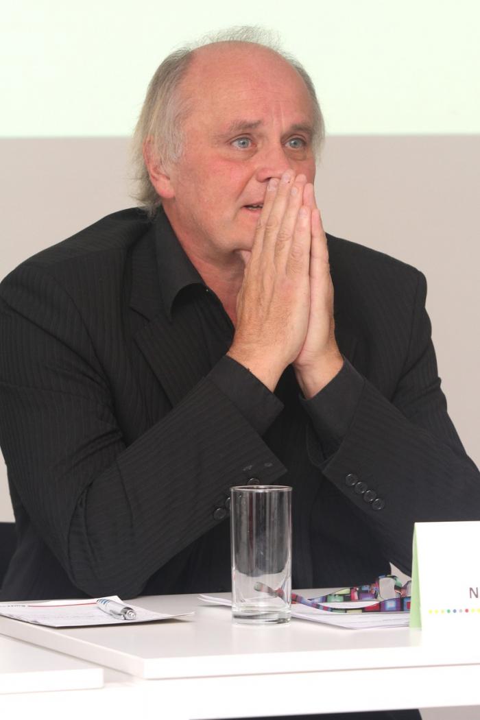 Michael Kocáb se opět modlí za to, aby v Česku nastolil demokracii. Mnoho Čechů se neproti tomu modlí, aby Kocáb a jemu podobné politické zombie 90. let těchto svých snah konečně zanechali.