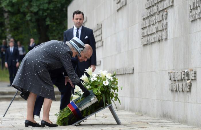 S princem Philipem v Bergen-Belsenu na konci května 2015