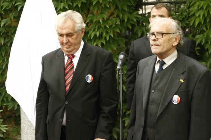 Vlevo prezident, vpravo agent Hudebník