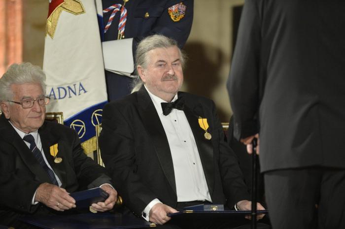 I kdyby to u voleb nedopadlo, Ringo Čech už má alespoň to státní vyznamenání od svého kamaráda Miloše v kapse.