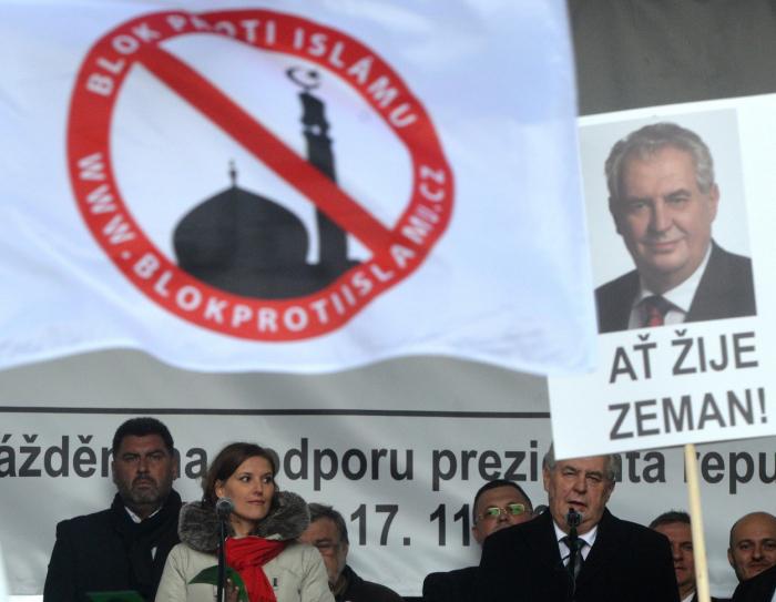 Miloš Zeman na Albertově řečnil pod vlajkou Konvičkových xenofobů