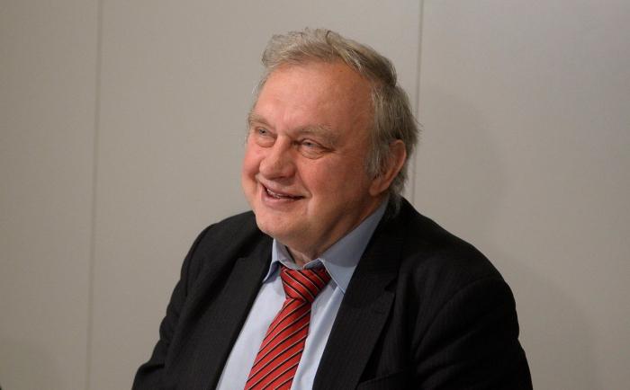 Europoslanec Ransdorf rovněž pobíral důchod přes 100 tisíc korun. Pak zemřel, tak už žádný důchod nepobírá.
