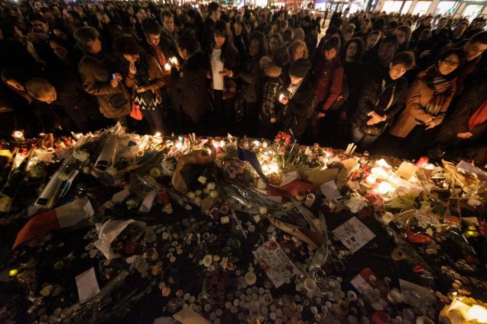 Vzpomínkový akt pro oběti teroristických útoků v Paříži, ke kterým došlo 13. listopadu 2015.