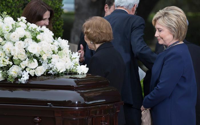 Clintonová ví, že jednou takto v rakvi bude ležet i ona sama. (uvnitř: Nancy Reaganová)