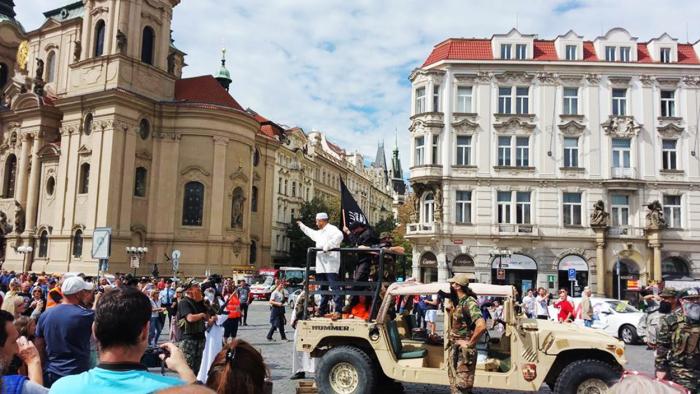Magor (v bílém) při přepadení Staroměstského náměstí