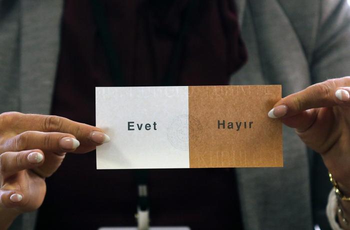 Jednoduchý volební lístek tureckého referenda. ANO, nebo NE v neděli 16. dubna rozhodne o osudu země.