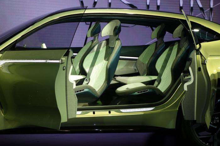 Na konceptu kromě elegantního designu zaujmou i proti sobě se otevírající dveře a otočná sedadla. Budou i v sériově vyráběné verzi?
