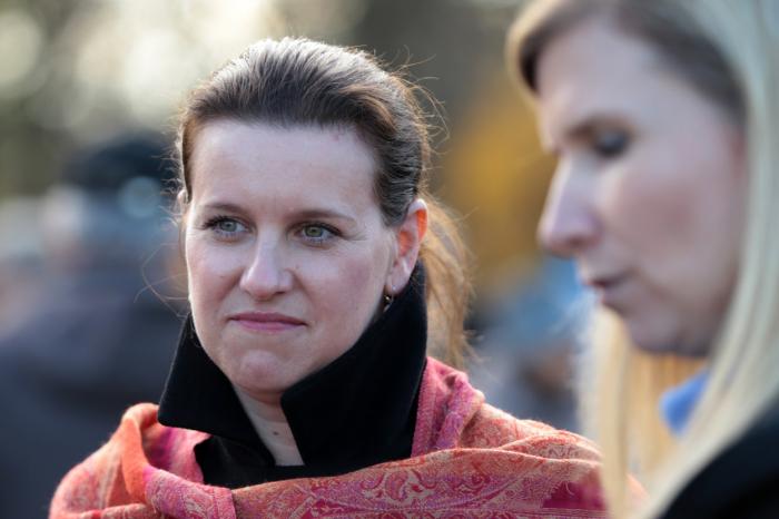 Spolu s Peltou byla zatčena i jeho milenka, náměstkyně ministryně školství Simona Kratochvílová. Kvůli tomu rezignovala i její nadřízená, ministryně Kateřina Valachová.