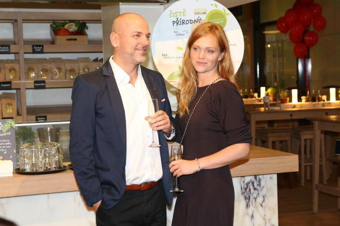 Marku Hilšerovi dělá, a dokonce zadarmo, kampaň Petr Václavek (na snímku s partnerkou Ester Geislerovou).