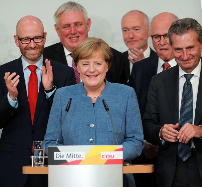 Angele Merkelové se podařilo počtvrté zvítězit ve volbách. Nebude to ale mít jednoduché.