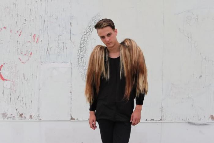dlouhé vlasy nadržený sex