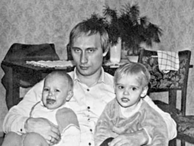 Mladý Putin s dcerkami Marií a Jekatěrinou. Schválně zda si dcery ruského prezidenta vzpomenou na část dětství strávenou v Československu.